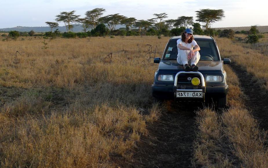 巴德生物学教授费利西亚·基辛&在肯尼亚莱基皮亚区开展蜱媒疾病的实地工作